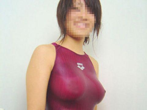 女子水泳部の競泳水着にぷっくり浮かぶ乳首がエロォォォ!むちむちの肉体が眩しいぜwww
