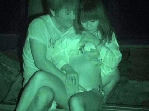 すげー!暗闇の中でマンコまる出しな青姦カップルがまる見えだぁwwwこれが赤外線のパワーかよww