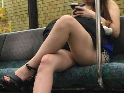 女性たちの色っぽい太ももにむらむらしてしまう…電車で足組みしている美脚美人の盗撮エロ画像