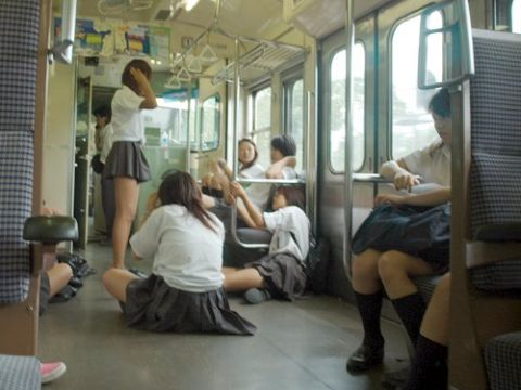 よもまつwww電車の中がガチでカオスwww行儀の悪いDQNギャルたちがやりたい放題なんだがwww