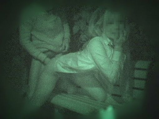 暗闇だからと安心して青姦してたカップル。しかし赤外線という技術が・・・(15枚)
