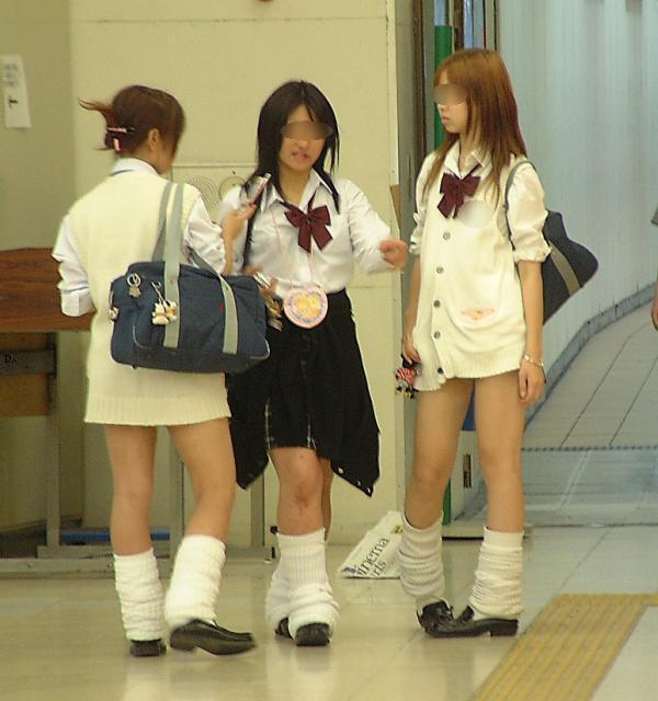 【街撮りJKエロ画像】すべすべの素肌!思わず吸い込まれそうになる現役女子高生のピチピチの太ももがヤバいwww その3