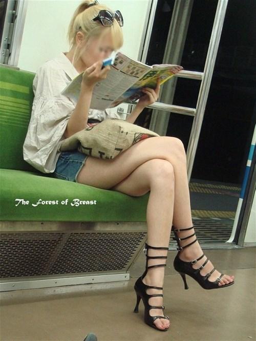 【街撮り美脚エロ画像】すげー太ももwww街中でありえないくらい大胆な美脚を露出するギャルwww その6