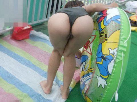 この夏、子連れママのスケベな水着を見逃した方へ!経産婦独特の尻がたまらんなwww