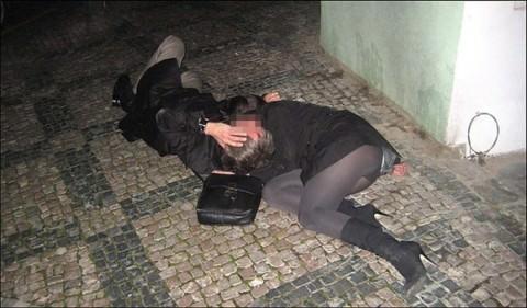 【泥酔女の痴態】お持ち帰り不可避www酔って行き倒れる泥酔女は万国共通!レイプされても文句言うなよwww その3
