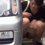 【野外放尿エロ画像】日本も海外も…尿意の限界に達した女の行動が一緒でワロタwww駐車場でおしっこシャー!(15枚)