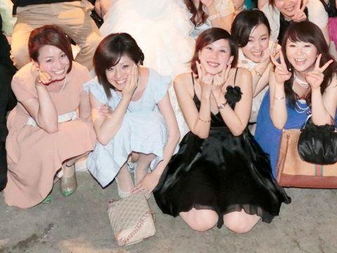 """<span class=""""title"""">ドレスアップした女の子たちのエッチなハプニング…パーティーで撮られた集合パンチラ…</span>"""
