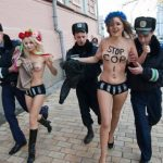 【トップレスデモエロ画像】海外の警察官は生お○ぱいに触れる機会が多くて羨ましいんだがwwww(15枚)