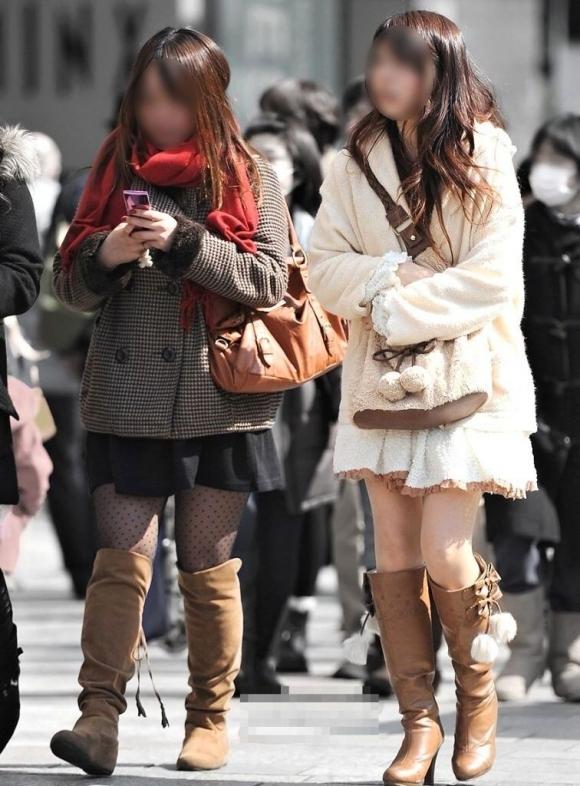 【ミニスカブーツ街撮り画像】寒い冬でも股間を熱くするミニスカブーツ!思わず見惚れる素人娘の太ももがコレwww その5