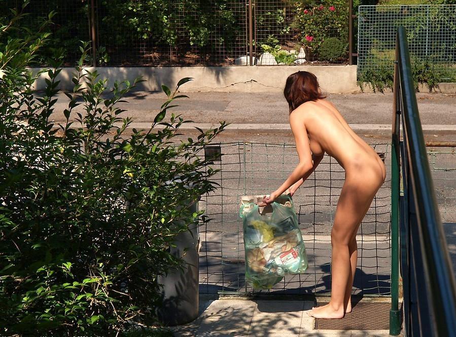 【野外露出エロ画像】家庭内裸族の嫁がたまに服を着忘れたまんま家の外に出てしまうんだが…そのうち逮捕されそうwww その4