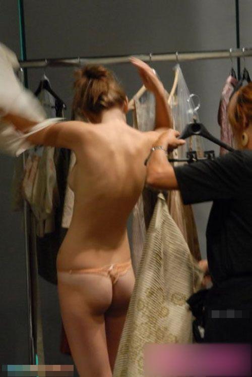 【ファッションショーエロ画像】ちょwwおっぱいまる出しなのに真顔ww舞台関係者が流出させたファッションショーの楽屋裏! その7