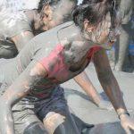 こんな画像で興奮する性癖ってあるんだなwwww泥まみれの女体に興奮するヤツ集合♪