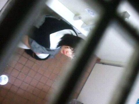 女子トイレに出没する痴漢…上から覗いた素人娘のおしっこが興奮し過ぎてバレることもあるwwww