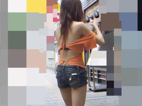 【※ レ●プ不可避 ※】背中まる見え!痴女レベルな過激ファッションで街中を闊歩するギャルwww