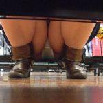 女の子のパンチラが真正面から堂々と覗ける棚下パンチラがまる見え過ぎて隠し撮り不可避www