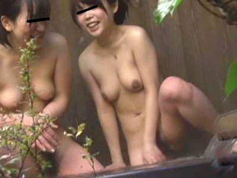 【※ 衝撃 ※】うほっ!びらびらまで見えそうwwwプロによる露天風呂隠し撮りがまる見え過ぎて草wwww(15枚)