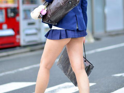 【ミニスカJkエロ画像】これが天然女子●生のミニスカ…歩いてるだけで尻肉まで見えそうな短さにチンポがフル勃起www