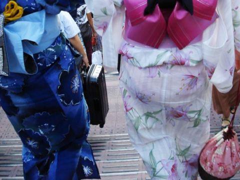 【浴衣エロ画像】艶やかな浴衣から透ける下着…夏祭りが楽しみになる浴衣女子の爽やかな透けパンwww
