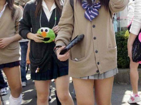 【カーディガンJKエロ画像】ちょー短いスカートにちょっと大きめのカーディガン!この時期の女子●生ってやっぱ可愛いよなwww