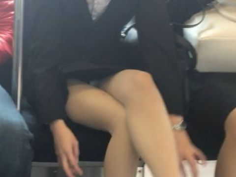 "<span class=""title"">対面に座った女の子のデルタゾーンがめちゃくちゃ色っぽい…思わずガン見する電車内パンチラ画像</span>"