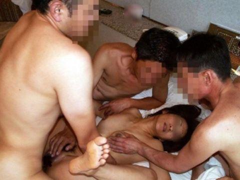 ガチでドン引き…素人なのに激しすぎるセックス!!スケベな男女が集まった乱交セックス画像