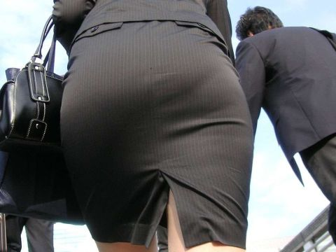 "<span class=""title"">痴漢を誘ってるとしか思えない…タイトスカートが似合う大きなお尻がセクシーな街撮り…</span>"